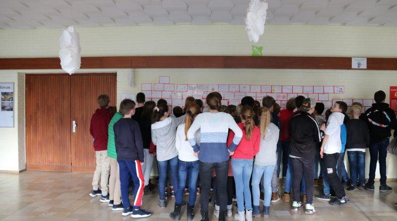 """Beschriftete """"Bausteine"""" als Wand gegen Mobbing im Gymnasium Wentorf"""